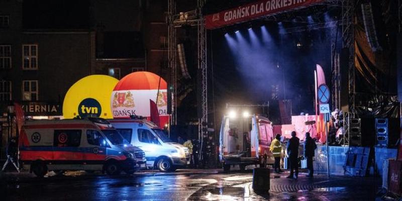Sahnede bıçaklanan belediye başkanı hayatını kaybetti