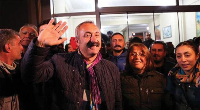 Komünist Başkan Maçoğlu, makam aracını gelin arabası yaptı