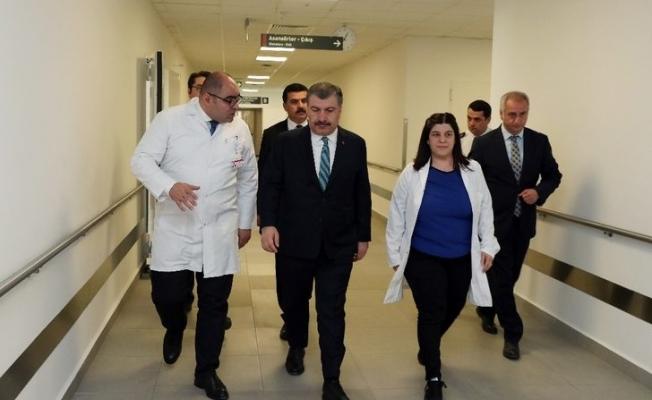 Sağlık Bakanı Koca yüzüne kezzap atılan Berfin'i ziyaret etti
