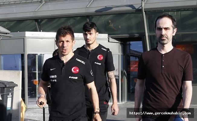 A Milli Takım havalimanında saatlerce bekletildi; futbolcular tepki gösterdi
