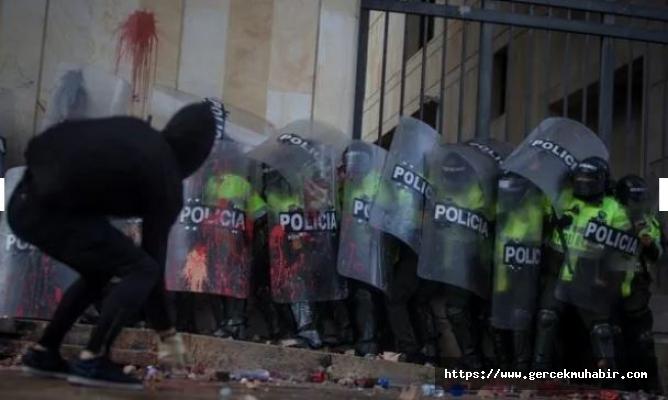Kolombiya'daki öğrenci protestolarında ortalık savaş alanına döndü