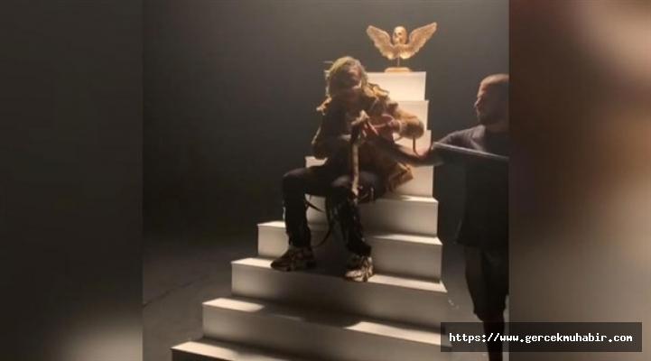 ABD'li rapçiyi klip çekimi için eline aldığı yılan ısırdı