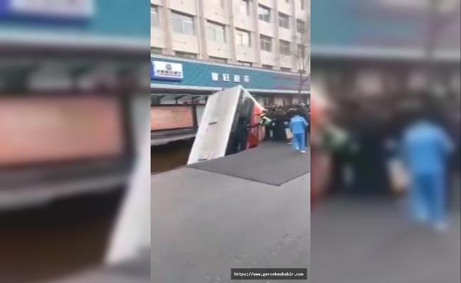 Çin'de yolcu otobüsü, çöken yola düştü: 6 ölü, 16 yaralı