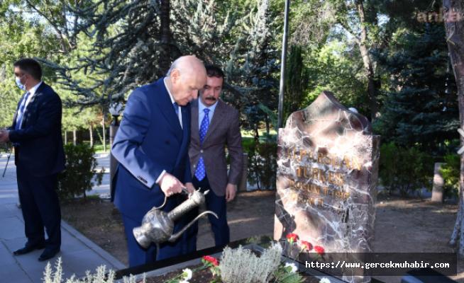 Devlet Bahçeli, Alparslan Türkeş'in Mezarını Ziyaret Etti