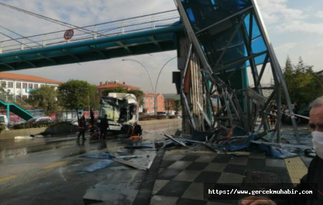 Ankara'da Belediye Otobüsü Üst Geçit Asansörü ve Yolcu Durağına Çarptı