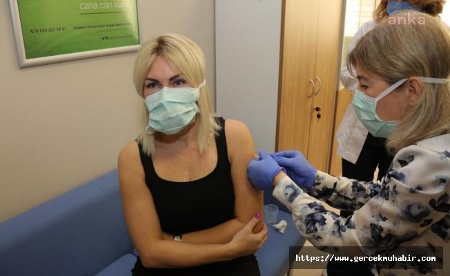 İlk Aşı, Gönüllü Olarak Rektör Özkan'a Yapıldı