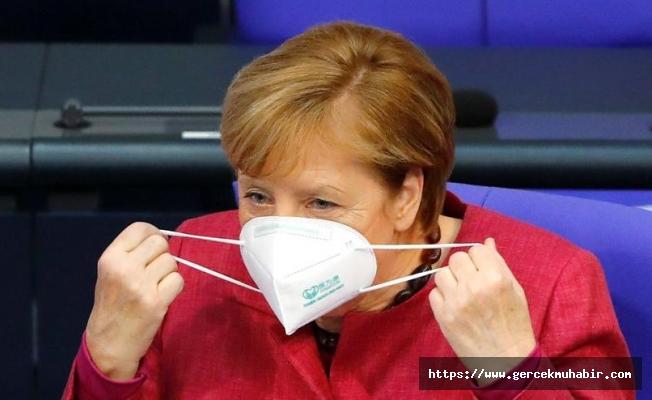Merkel'in corona virüsü maskesi sahte çıktı