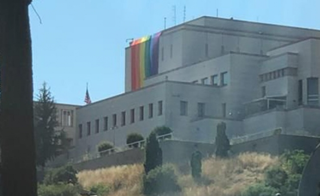 ABD Başkonsolosluğu'na Onur Ayı kapsamında LGBTİ+ bayrağı asıldı