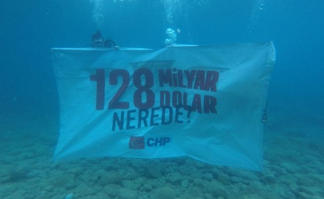 """CHP Marmaris'ten denizin altında """"128 Milyar Dolar Nerede"""" pankartı"""