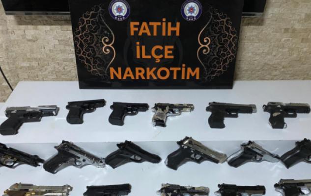İstanbul'da Kargoyla Silah Göndermeye Çalışan Kişi Yakalandı; 17 Tabanca Ele Geçirildi