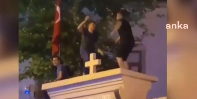 İstanbul Valiliği: Surp Takavor Kilisesi'nin Kapı Duvarına Çıkan 3 Kişi Gözaltına Alındı