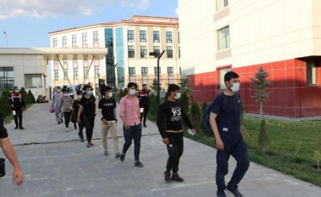 Niğde'de yakalanan kaçak göçmenlerden 7'sinin testi pozitif çıktı