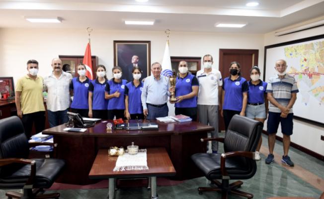 Şampiyon kadın atletlerden, Başkan Akay'a teşekkür ziyareti