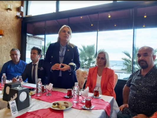 Yakakent'in sahil esnafı, derdini CHP'ye anlattı
