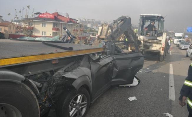 TIR'a arkadan çarpan araç iş makinasıyla çıkartıldı