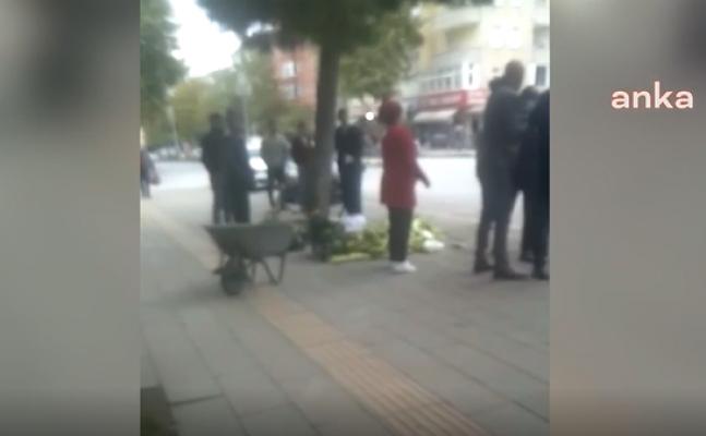 Zabıta, seyyar satıcının malzemelerini döktü, vatandaş tepki gösterdi