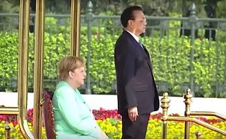 Merkel, marş okunurken ayağa kalkamadı
