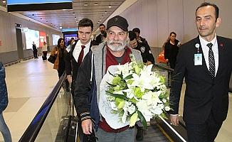 """Emmy Ödülleri'nde """"En İyi Erkek Oyuncu"""" ödülünü alan Haluk Bilginer İstanbul'a döndü!"""