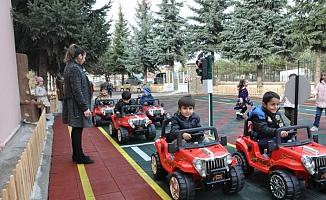 Kreş öğrencilerine uygulamalı trafik eğitimi!
