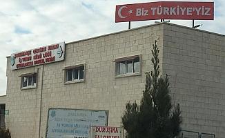 """Cezaevinin tepesine """"Biz Türkiye'yiz"""" sloganı yazdılar!"""
