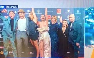 Ödül töreninde görünmez kaza: Ünlü oyuncunun elbisesi canlı yayında düştü