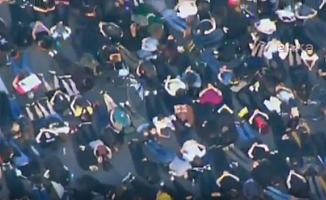 ABD'de Binlerce Gösterici Elleri Arkada Yüzüstü Yere Yattı
