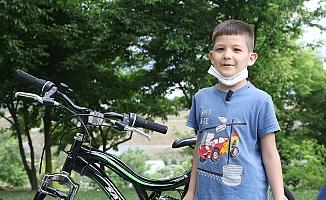 Parkı temizleyen babasına yardım eden İsmail'e İBB'den bisiklet