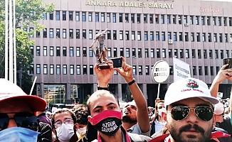 Avukatlara Polis Müdahalesinde 'Themis Heykeli'nin Başı Koptu