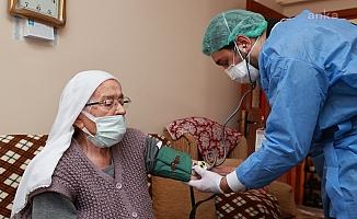 90 yaş üzeri vatandaşlar evlerinde aşılanmaya başladı