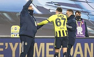 Fenerbahçe'de Mesut Özil, koltuk değneklerini attı