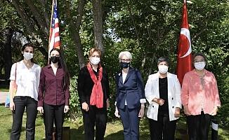 ABD Dışişleri Bakan Yardımcısı Sherman Ankara'da 'İstanbul Sözleşmesi bizim' yazılı maske ile poz verdi