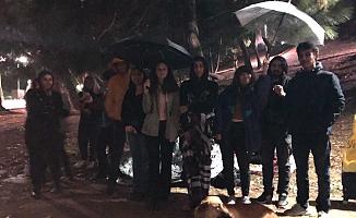 Barınamayan Üniversite Öğrencileri, İstanbul'da Parklarda Sağanak Yağış Altında Sabahladı