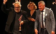 Rutkay Aziz, Altın Koza Film Festivali'nde aldığı ödülü Türk Tabipleri Birliği'ne adadı